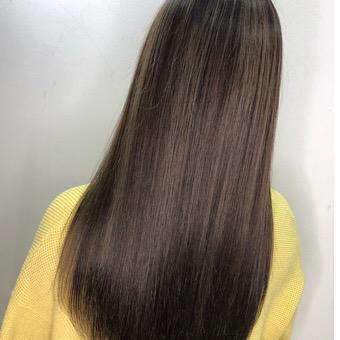 髪の癖や広がりを修正していく縮毛矯正